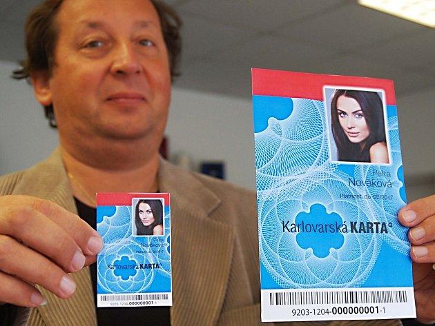 TAK VYPADÁ nová Karlovarská karta, kterou Deníku ukázal Pavel Bohánek, šéf Dopravního podniku. Vlevo je originální velikost, ta druhá je její zvětšený grafický návrh.