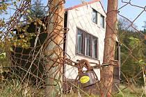 Chatky, které se nachází těsně za hranicemi Březové v chráněné krajinné oblasti, musí jejich uživatelé zbourat právě kvůli ochrannému pásmu. Jen pár metrů od nich, už v katastru Březové, může ruský podnikatel postavit novou vesnici.