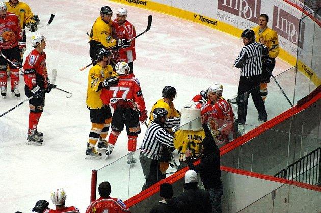 Rvačka na druholigovém hokejovém utkání