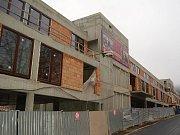 EŘÁBY BEZ PRÁCE. Výstavba parkovacího domu v Libušině ulici stojí a jeřáby čekají. Podle radnice společnost TEI dolaďuje konečnou podobu stavby.