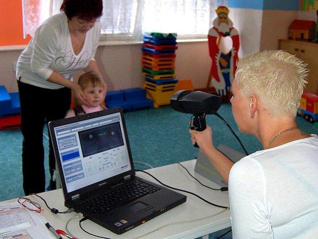 Cílem preventivního vyšetření zraku u předškolních dětí je včasný záchyt dioptrických vad u nejmenších dětí a předcházení vzniku tupozrakosti a minimalizace poškození zraku v dospělosti. (Ilustrační foto.)