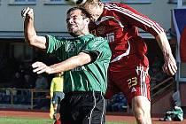 Byl to boj. Utkání druhé ligy mezi Baníkem Sokolov a pražskou Duklou bylo plné nesmlouvavých osobních soubojů. Nakonec se oba týmy rozešly smírně 2:2.