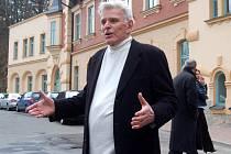 Pokračovatel slavného rodu Mattoni Rudolf stojí před domem Stallburg