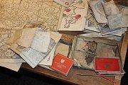 V bedně byly dokumenty, fotografie, mapy a další osobní věci patřící dvěma rodinám sudetských Němců.
