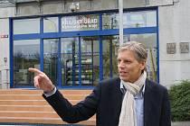 Senátor Jan Horník ukazuje směrem, kde by měly být ony nepřístupné dokumenty.