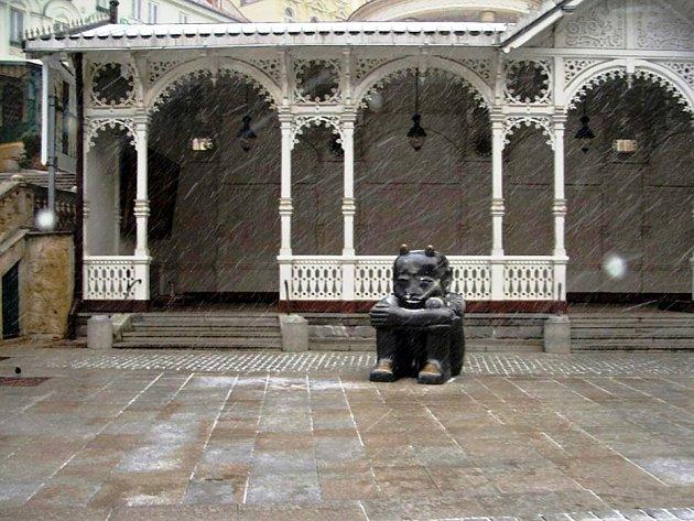 Doposud neznámý pachatel v Karlových Varech před dřevěnou kolonádou poškodil mosaznou sochu čerta, kterou postříkal na několika místech světlým sprejem.