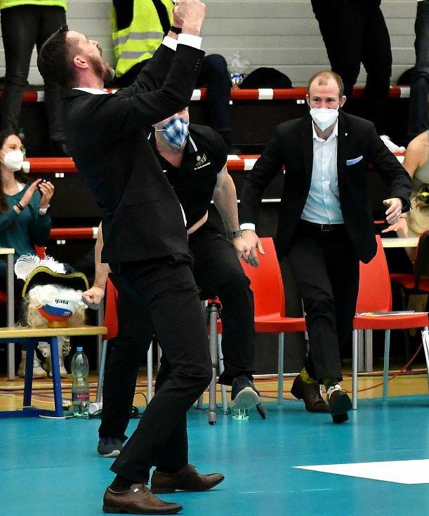Mistrovskou euforii si užívají volejbalisté Karlovarska po triumfu v UNIQA extralize, kde dosáhli na mistrovský titul, u kterého nechyběl ani statistik a asistent trenéra Zdeněk Sklenář .