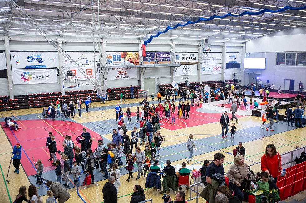 Již porduhé se v míčové hale karlovarské KV Arény konal sportovně zábavný Halloween. Více jak 1500 návštěvníků si během odpoledne mohlo vyzkoušet hokej, florbal, volejbal nebo basketbal. Připravena byla strašidelná ulička a některé další atrakce.