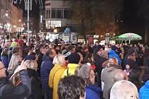 Na tři stovky lidí se v neděli v podvečer sešlo u karlovarského kina Čas, aby si zde připomněly 30 let od Sametové revoluce.