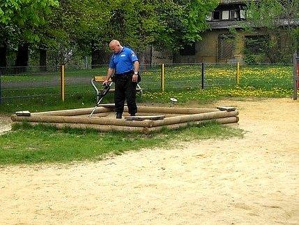 PŘEDEVŠÍM DETEKTORY kovu a služební pes pomohli strážníkům v pátrání.