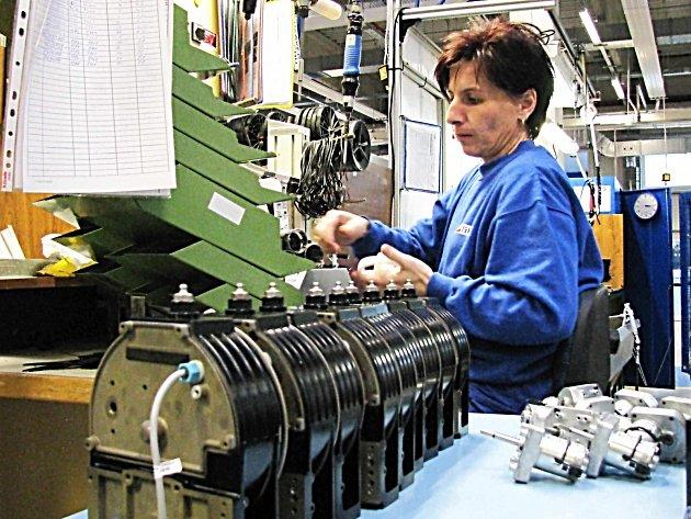 JEDNOU Z NEMNOHA společností v Karlovarském kraji, která v minulých měsících lidi nabírala a počítá i dále se svým rozvojem, je firma na výrobu mazacích systémů SKF Lincoln Chodov.