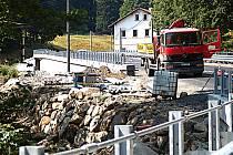 POSLEDNÍ DODĚLÁVKY chybí na silnici v Pstruží, aby mohla být zpřístupněna řidičům po II. etapě své modernizace.