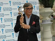 Americký herec Danny Glover (vpravo) převzal 9. července z rukou herce Jiřího Bartošky v karlovarském Grandhotelu Pupp Cenu prezidenta Mezinárodního filmového festivalu.