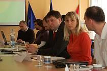 Kulatý stůl. Hana Šnajdrová, krajská koordinátorka kampaně Týdny pro neziskový sektor také připojila své názory.