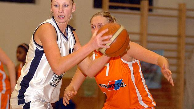 I ve čtvrtém kole nadstavby uspěly karlovarské basketbalistky. Na své palubovce pokořily nováčka soutěže VŠ Praha (v oranžovém) v poměru 69:66.