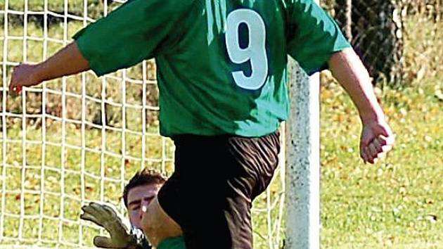 Březovský hrající trenér Tomáš Beran (v zeleném) v souboji tváří v tvář s nejdeckým gólmanem neuspěl, i přesto se mohl radovat z výhry svého týmu v poměru 4:2.