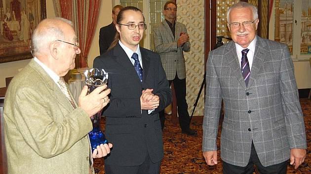 Šachový velmistr Viktor Korčnoj (vlevo) převzal od prezidenta republiky Václava Klause cenu Chess Legend Award.