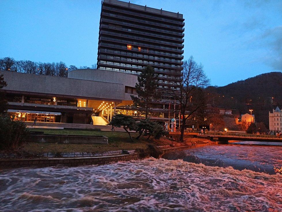 Teplá u hotelu Thermal je těsně pod hranou koryta. Hukot vody se rozléhá celým lázeňským územím.