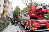 Požár zcela zničil byt v podkroví. Obyvatelé našli dočasný azyl v hotelu.