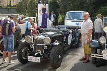 Celebrity s motorem. Zájem lidí o automobily připomínal skoro příjezd nějaké filmové hvězdy. Všichni si chtěli odnést vzpomínku na nablýskané krasavce.