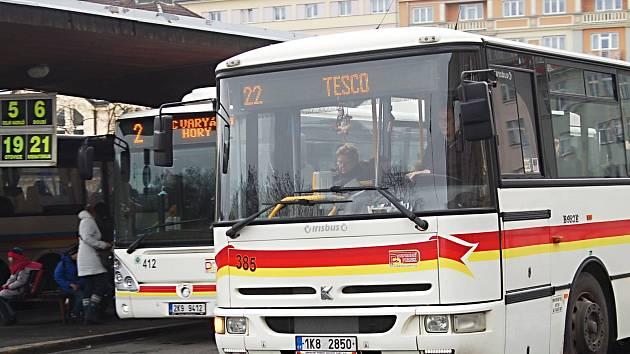 Kolem 27 000 lidí si pořídilo Karlovarskou kartu, která nahradila v městské hromadné dopravě předchozí papírové průkazky.