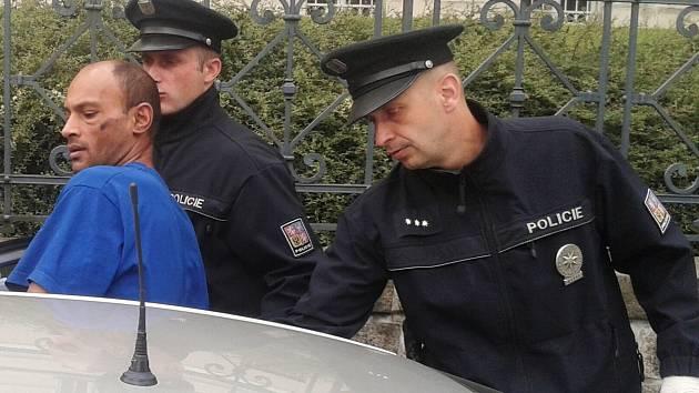 Věznitel sedmadvacetileté ženy byl policií obviněn a dnes dopoledne ho soud poslal do vazby. Poté putoval v policejním voze do věznice.