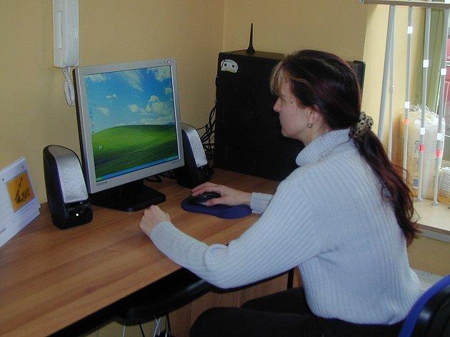 MĚLI ŠTĚSTÍ. Někteří zdravotně postižení lidé měli štěstí a podařilo se jim sehnat práci například přímo v Centru zdravotně postižených v Karlových Varech.