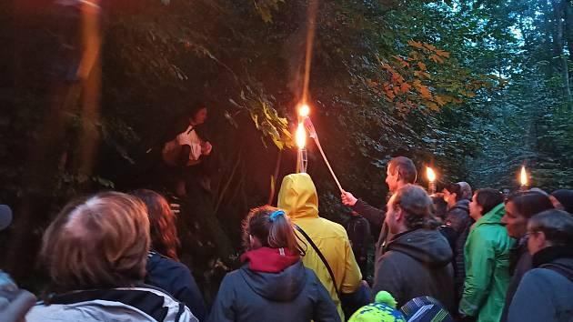 I když počasí noční prohlídce na Horním hradě vůbec nepřálo, lidé se výborně bavili.