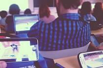 Moderní technika pomohla studentům při fandění Martině Sáblíkové během přednášky politické geografie.
