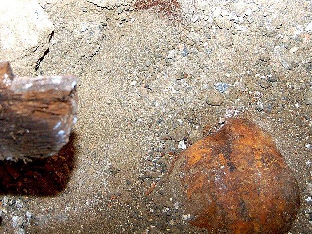 Při opravách kostela ve Valči byla nalezena neznámá hrobka
