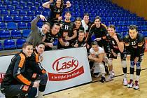 PO TRIUMFU na palubovce Zlína nesměla chybět ani tradiční vítězná fotka, Karlovarsko jich má v letošní sezoně UNIQA extraligy ve svém volejbalovém albu již dvanáct.