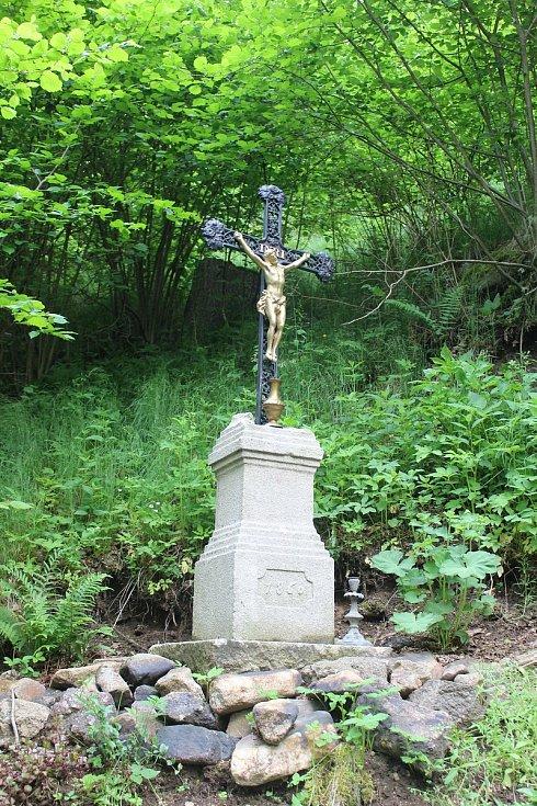 Kříž poblíž studánky, kterou spolek obnovuje.
