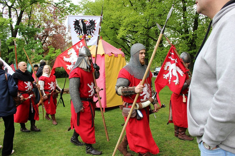 Zahájení 662. lázeňské sezony v Karlových Varech mělo na programu žehnání pramenů i průvod Karla IV. městem