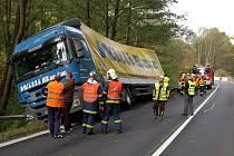 Kamion skončil v příkopu