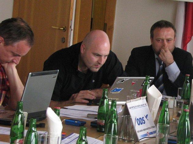 Náměstek pro kulturu Jan Balek (uprostřed) na dubnovém zastupitelstvu města.