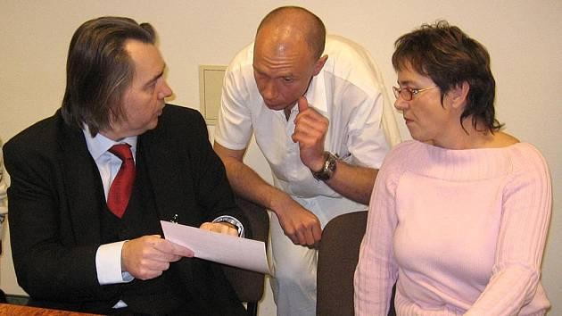Včera odpoledne převzal právník Robert Bezděk (vlevo) od vrchní sestry interny Aleny Lomogové–Švabčíkové (vpravo) a lékaře Filipa Bergera (uprostřed), šéfa LOKu karlovarské nemocnice, do advokátní úschovy 263 výpovědí.