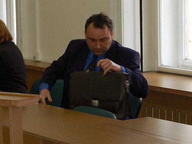 RADKA KOCÁBA poslal vloni v listopadu karlovarský soud na čtyři roky do vězení. Bývalý policista nyní uspěl v odvolacím řízení, kauza se tak vrací zpět do Karlových Varů.