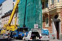 ÚRAZY V PRÁCI. Vážný úraz utrpěl dělník například při stavbě hotelu Eboli v Karlových Varech. Podobným případům by mělo předcházet bezpečnostní školení.
