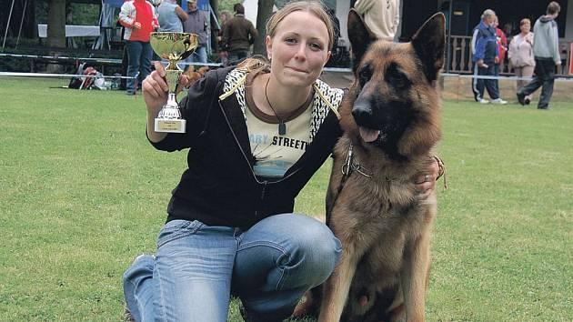 Vítězkou jedné z kategorií se stala Šárka Vaňková z Ostrova se svým psem Artisem.