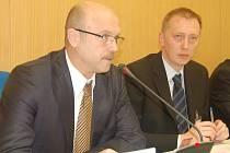 Hejtman Karlovarského kraje Josef Novotný (vlevo) na krajském zastupitelstvu.