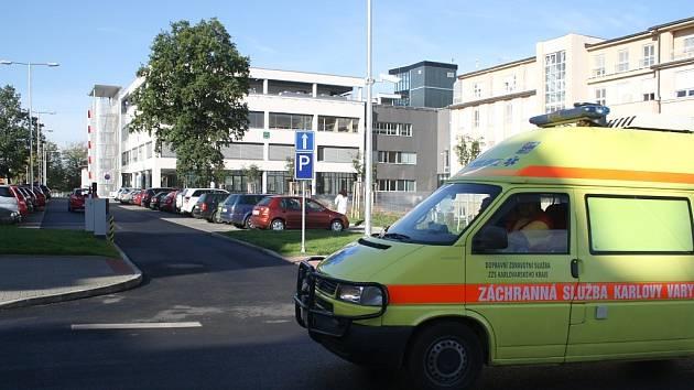 """""""Do karlovarské nemocnice se zadarmo svezete jen v sanitce,"""" tak cynicky reagoval na situaci ohledně parkovného jeden z pacientů."""