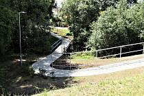 TAKÉ NEVYHOVUJÍCÍ SCHODIŠTĚ mezi Jáchymovskou a Smetanovou ulicí nahradil bezbariérový chodník.