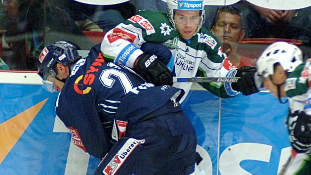 Obránce Michal Plutnar (v modrém) ještě jako hráč Liberce v souboji s Petrem Stloukalem.