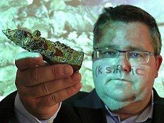 PRASTARÉ HORNICKÉ želízko, které ukazuje ředitel sokolovského muzea Michael Rund, našli průzkumníci v nově objevených prostorách dolu Jeroným u Čisté. Zbytek středověkého nástroje, s nímž v podzemí Jeronýmu horníci pracovali, pochází ze 16. století.