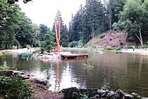 VODA DO RYBNÍČKU v bečovské botanické zahradě přitéká přepadem na náhonu. Přesto jeho hladina klesá v průměru až o tři centimetry denně.