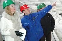PODNIKÁNÍ BEZ RIZIKA. KV Aréna je akciová společnost města a přestože hala ještě nestojí, má ředitele (Milan Bártl, na snímku), dobře placené zaměstnance a polyká desítky milionů.