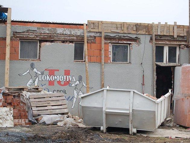 Rozsáhlou rekonstrukcí prochází šermírna Lokomotivy Karlovy Vary. Budují se sprchy, šatny a klubové zázemí.