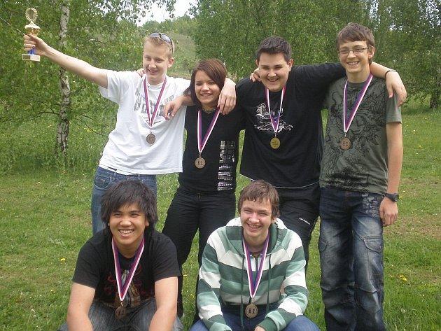 Bronzová radost. Třetí nejlepší dorostenecký tým v České republice s bronzovým pohárem a medailemi. Lukáš Vlasák je v horní řadě druhý zprava.