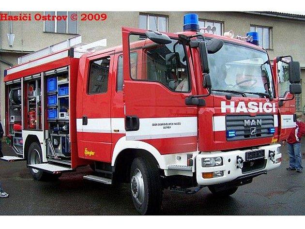 Nový zásahový vůz ostrovských hasičů. Vůz na podvozku MAN je vybavený pohonem všech kole, takže zvládne i středně těžký terén. Je vybaven jako vozidlo prvního výjezdu.