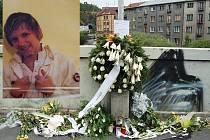 Místo tragédie. Rodina a přátelé Oldřicha Sarkányho vytvořili na Ostrovském mostě v místě, kde mladík zřejmě spadl do řeky, pietní místo. Zapalují zde svíce a kladou květiny i věnce.